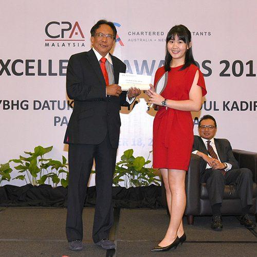 Curtin Sarawak accounting graduate receives MICPA award